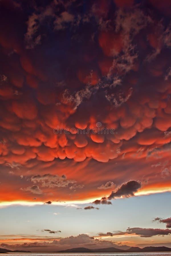 Nuages de Mammatus au coucher du soleil en avant de l'orage violent image stock