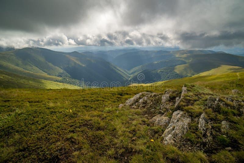 Nuages de pluie au-dessus de Carpathiens Panorama de l'arête de Borzhava des montagnes carpathiennes ukrainiennes photos stock