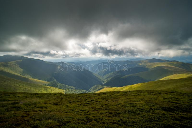 Nuages de pluie au-dessus de Carpathiens Panorama de l'arête de Borzhava des montagnes carpathiennes ukrainiennes image stock