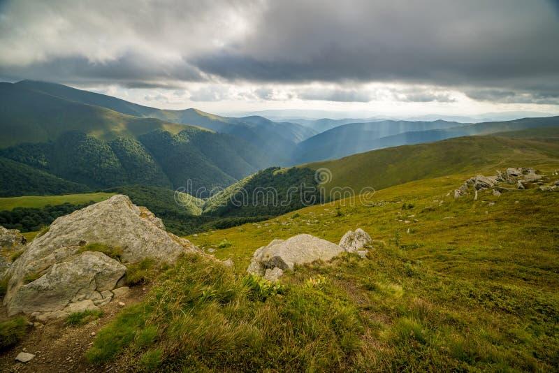Nuages de pluie au-dessus de Carpathiens Panorama de l'arête de Borzhava des montagnes carpathiennes ukrainiennes photographie stock libre de droits