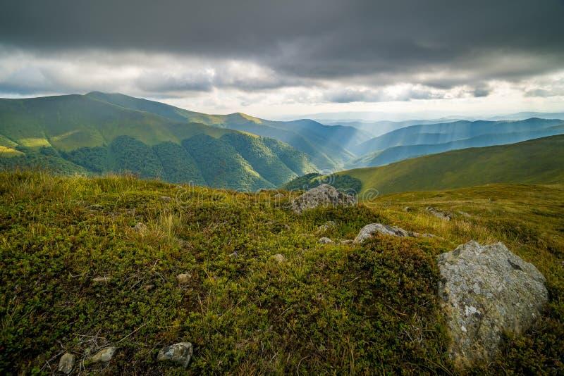 Nuages de pluie au-dessus de Carpathiens Panorama de l'arête de Borzhava des montagnes carpathiennes ukrainiennes images libres de droits