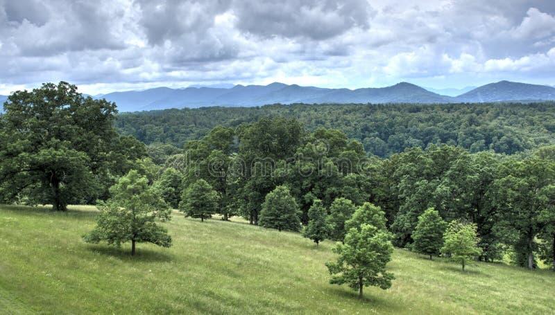 Nuages de pluie au-dessus des montagnes de Pisgah, domaine de Biltmore images libres de droits