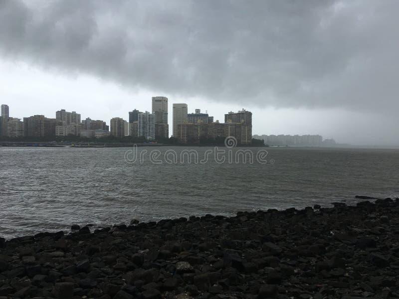 Nuages de pluie dans le bâtiment de défilé de Cuffe du maharashtra Inde de Mumbai de point de nariman image libre de droits