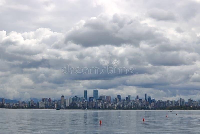 Nuages de pluie foncés au-dessus de Vancouver images libres de droits