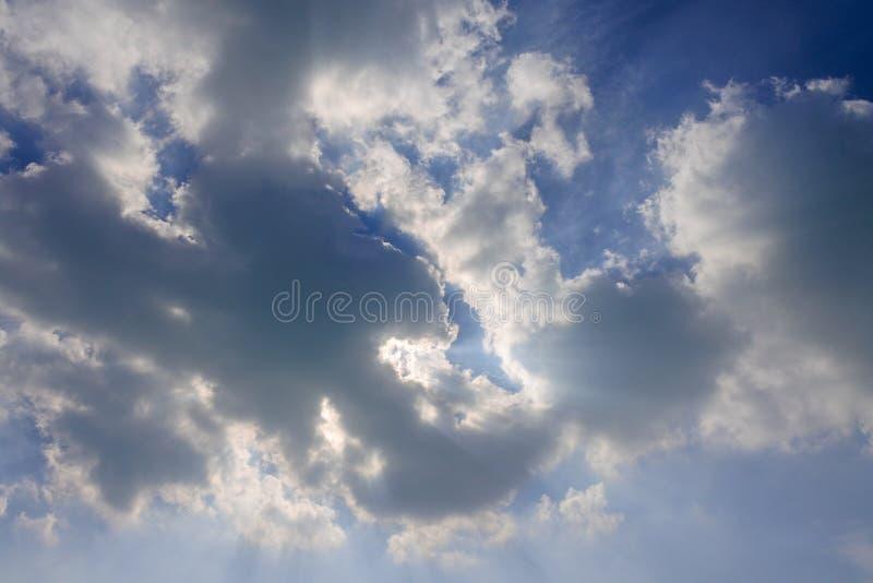 Nuages de rayon de soleil sur le ciel bleu photographie stock