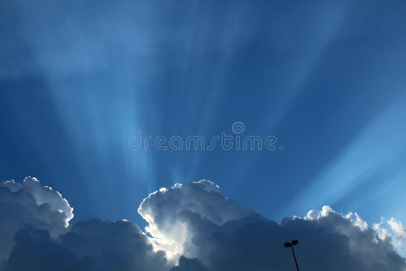 Nuages de rayons du soleil de ciel bleu images libres de droits