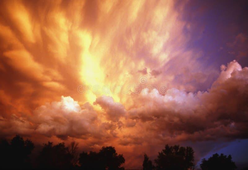 Nuages de tempête au coucher du soleil image libre de droits