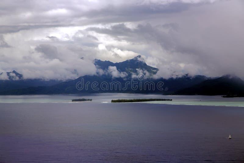 Nuages de tempête au coucher du soleil au-dessus de peu d'île photos stock