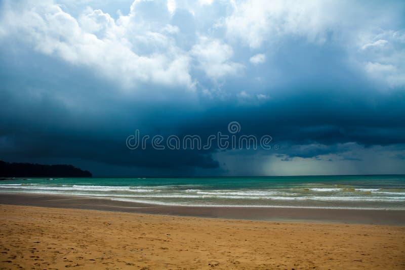 Nuages de tempête au-dessus de la mer photo libre de droits