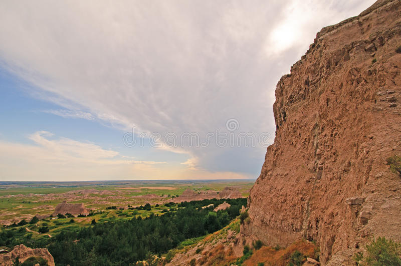 Nuages de tempête au-dessus des bad-lands photos stock