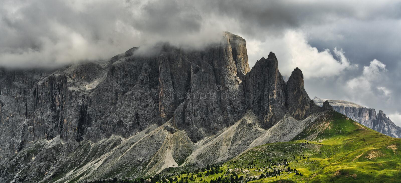 Nuages de tempête au-dessus du sommet des montagnes images stock