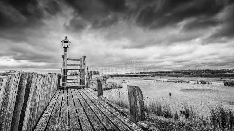 Nuages de tempête au-dessus du vieux port du schokland, Pays-Bas photos libres de droits