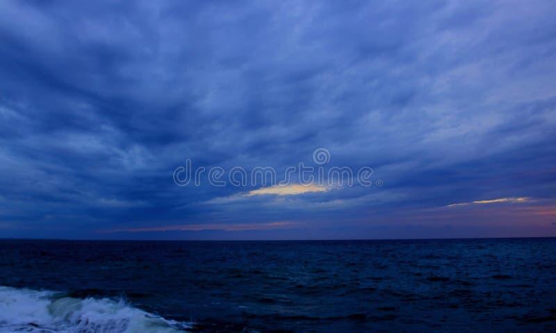 Nuages de tempête au-dessus de mer photo stock