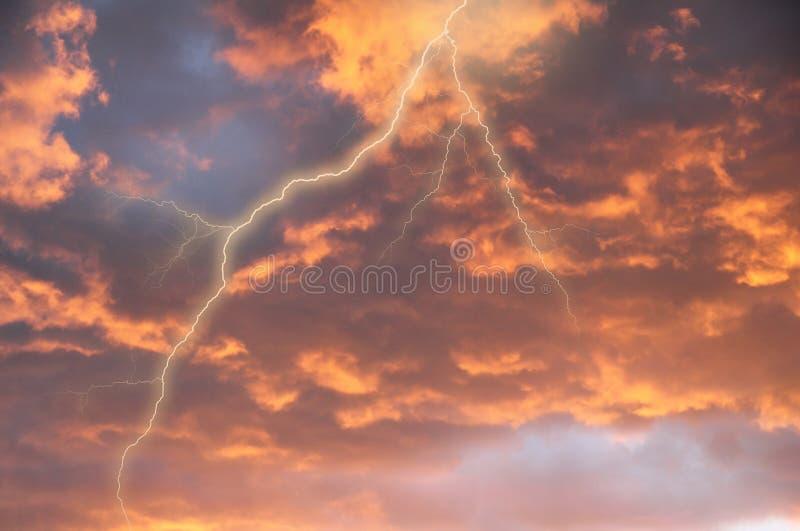 Nuages de tempête avec la foudre images libres de droits