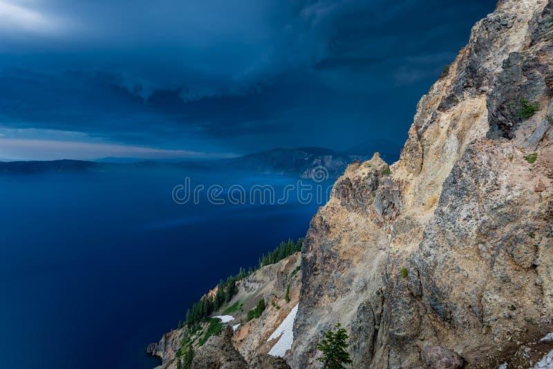 Nuages de tempête bleu-foncé au-dessus de lac crater image stock
