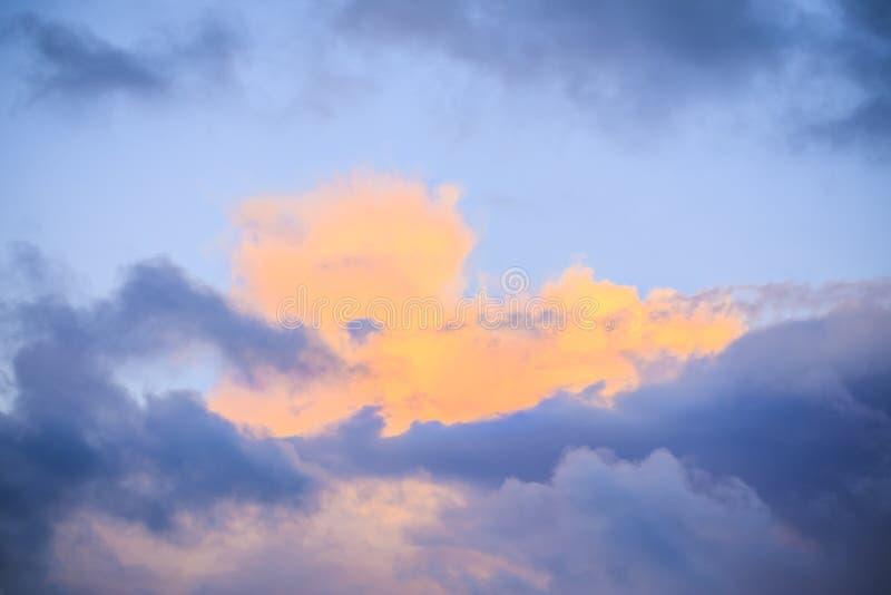 Nuages de tempête colorés Contrasty dans le ciel photo stock