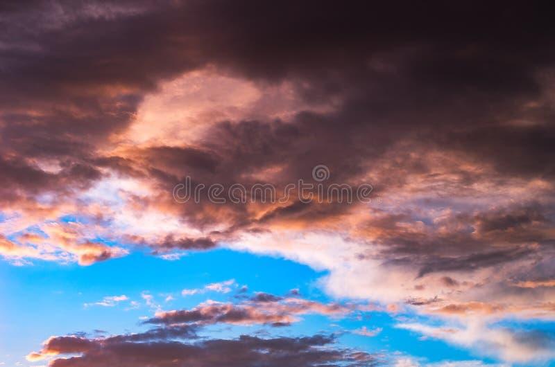 Nuages de tempête colorés et dramatiques de coucher du soleil dans le ciel Temps, orage, fond de Cloudscape images libres de droits