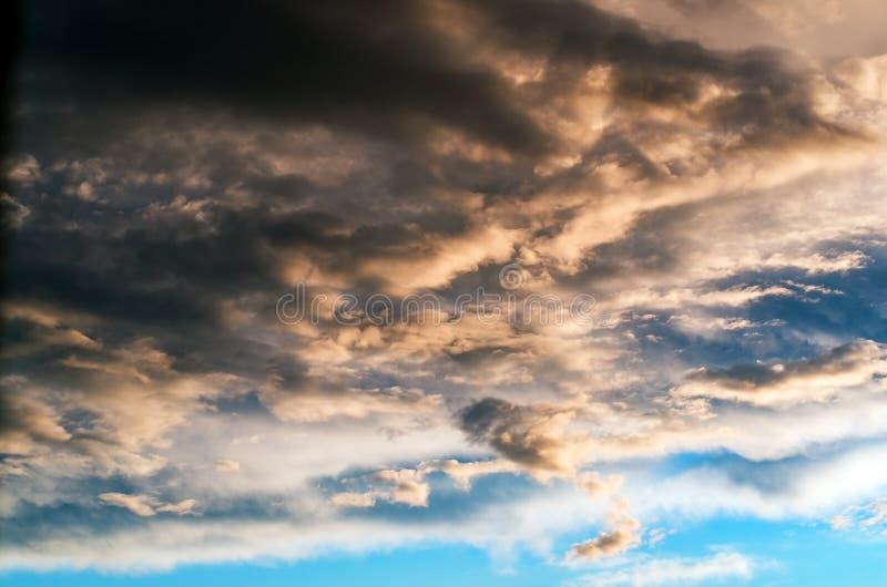 Nuages de tempête colorés et dramatiques de coucher du soleil dans le ciel Temps, orage, fond de Cloudscape photos stock