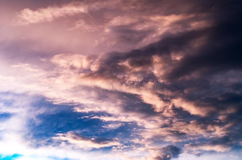 Nuages de tempête colorés et dramatiques de coucher du soleil dans le ciel Temps, orage, fond de Cloudscape photographie stock libre de droits
