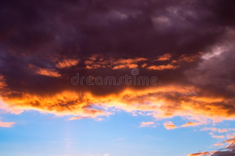 Nuages de tempête colorés et dramatiques de coucher du soleil dans le ciel Temps, orage, fond de Cloudscape photo libre de droits