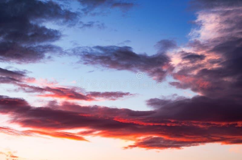 Nuages de tempête colorés et dramatiques de coucher du soleil dans le ciel Temps, orage, fond de Cloudscape photos libres de droits