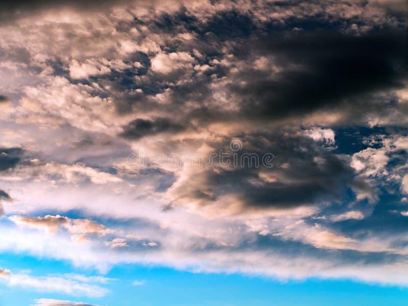 Nuages de tempête colorés et dramatiques de coucher du soleil dans le ciel Temps, orage, fond de Cloudscape photo stock