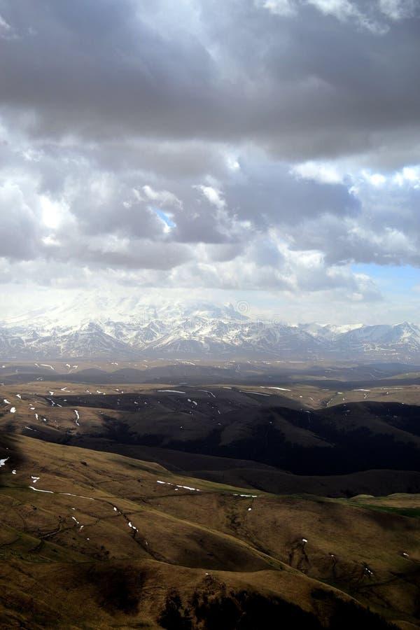 Nuages de tempête dans les montagnes du Caucase du nord Vue du plateau Bermutyt Ar?te caucasienne, Russie photographie stock