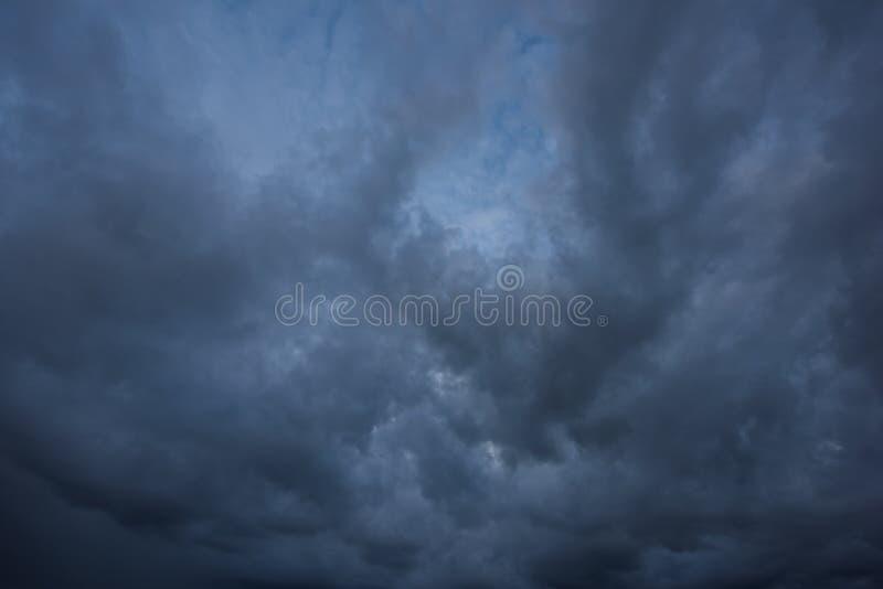 Nuages de tempête foncés images stock