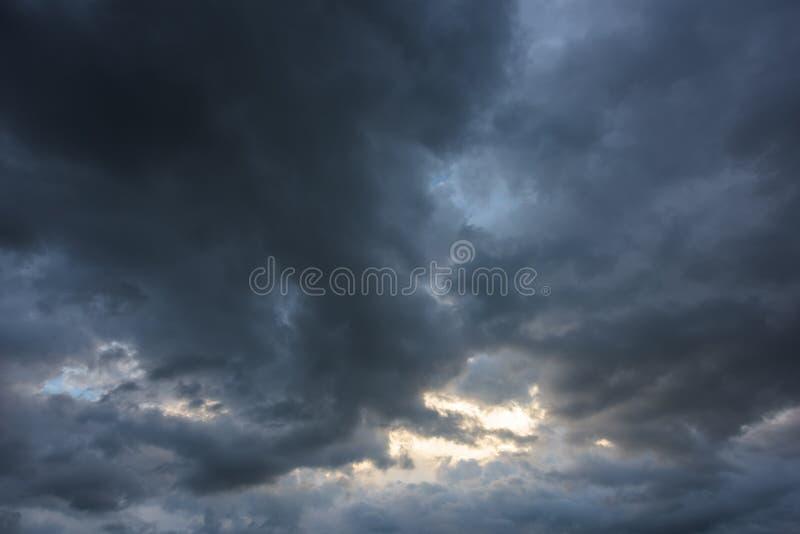 Nuages de tempête foncés photo stock