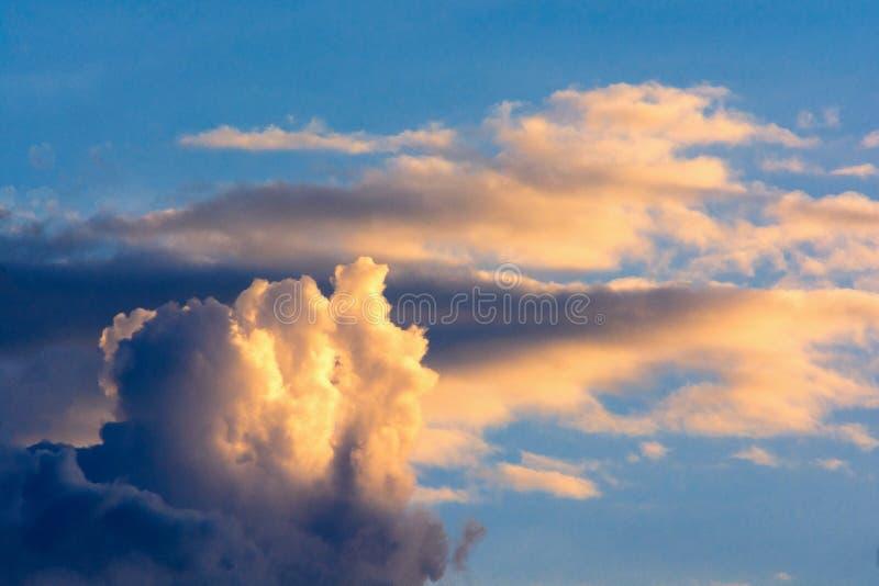 Nuages de tempête foncés dans le ciel Fond de flou photo stock