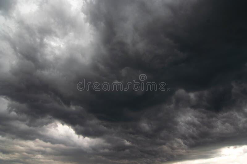 Nuages de tempête foncés - la pluie photos stock
