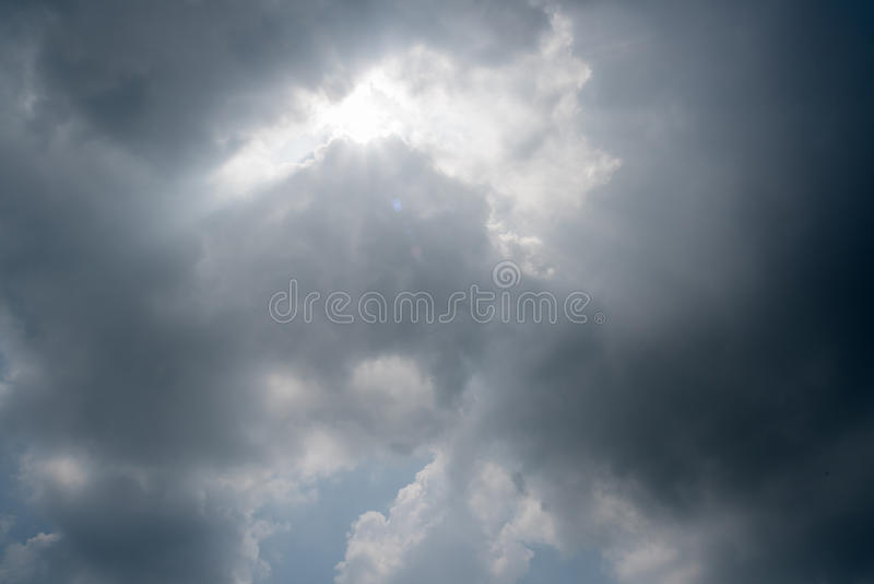 Nuages de tempête foncés, nuages avec le fond, nuages foncés avant un orage image libre de droits