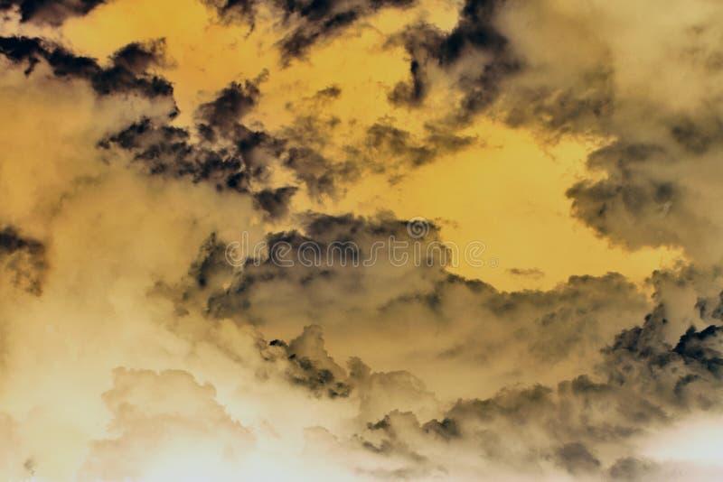 Nuages de tempête jaunes abstraits images libres de droits