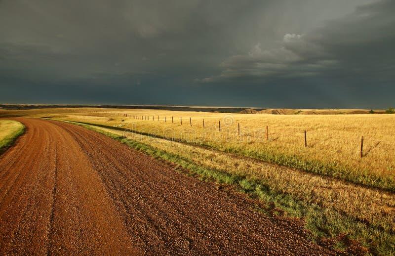 Nuages de tempête le long d'une route de Saskatchewan images libres de droits