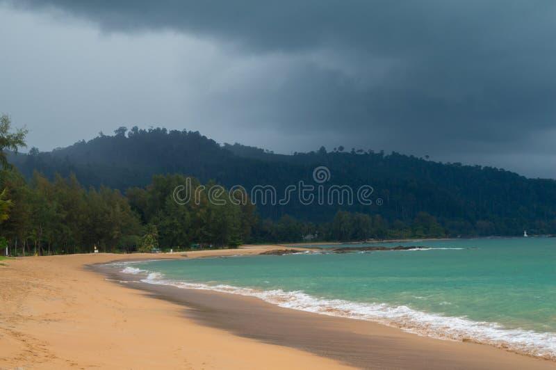 Nuages de tempête recueillant au-dessus de la jungle et de la plage de Khao Lak photographie stock