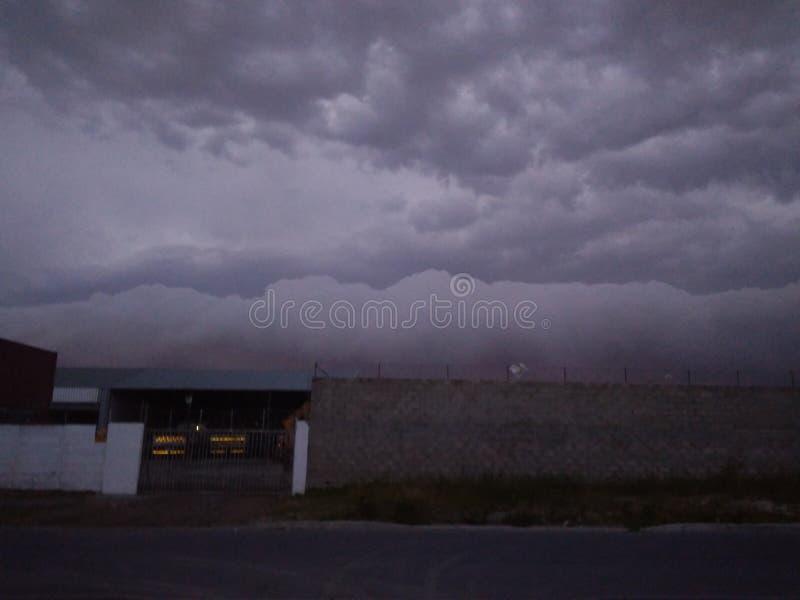 Nuages de tempêtes roulant dedans photographie stock libre de droits