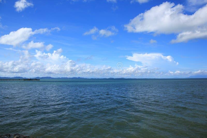 Nuages de vue de mer dans le ciel photos stock