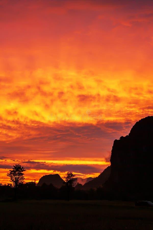 Nuages dramatiques au-dessus d'une gamme de montagne de chaux, nuages colorés d'ondulation sur le ciel de coucher du soleil, scèn photographie stock
