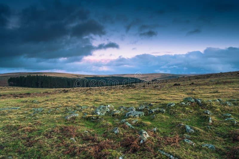 Nuages dramatiques au-dessus de paysage sauvage en Devon, R-U photographie stock libre de droits