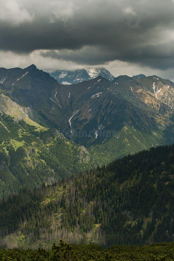 Nuages dramatiques au-dessus des crêtes de montagnes élevées de Tatra photo libre de droits