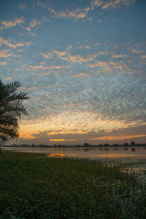 Nuages dramatiques au lever de soleil au lac photo libre de droits