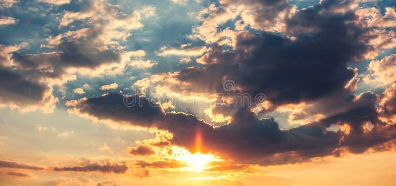 Download Nuages Dramatiques De Ciel De Coucher Du Soleil Photo stock - Image du panorama, fond: 77160648