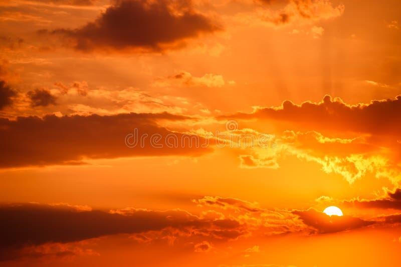 Download Nuages Dramatiques De Ciel De Coucher Du Soleil Image stock - Image du beau, météorologie: 77161181