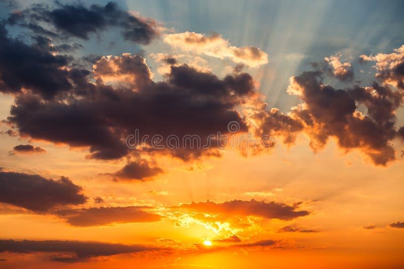 Download Nuages Dramatiques De Ciel De Coucher Du Soleil Avec Le Rayon De Soleil Photo stock - Image du météorologie, sunbeam: 77160026