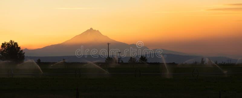 Nuages dramatiques de ciel même le bâti Jefferson Central Oregon de coucher du soleil images libres de droits