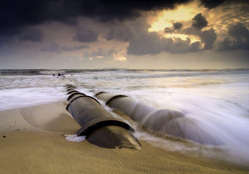 Nuages dramatiques et image brouillée pendant le coucher du soleil de lever de soleil à la plage vague renversante et structure e photo libre de droits