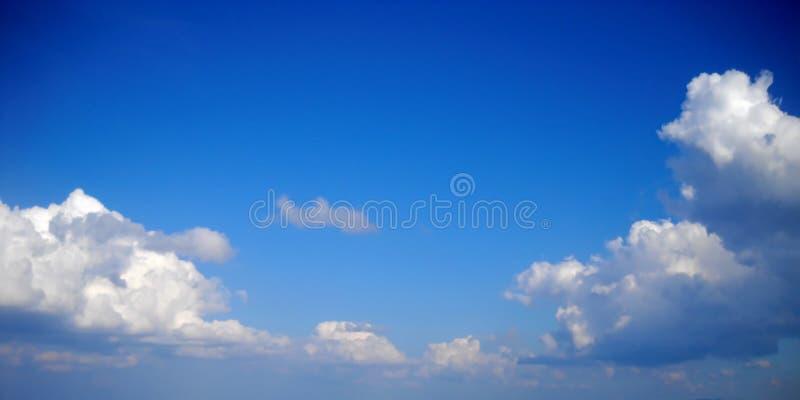 Nuages embrassant la terre, les montagnes, nous, et vous photos stock