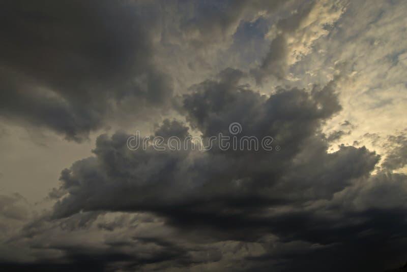 Nuages en ciel bleu photographie stock