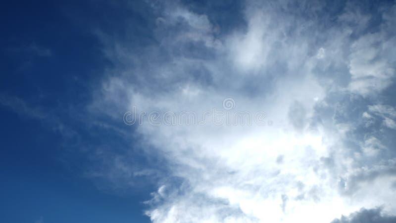 Nuages en ciel bleu image stock