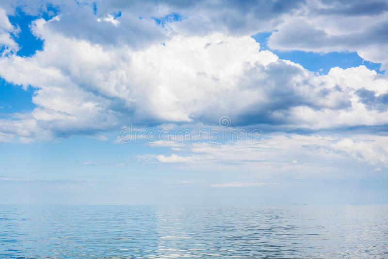 Nuages en ciel bleu au-dessus de l'eau calme de la mer d'Azov images libres de droits